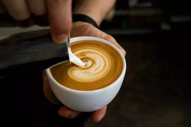 咖啡拉花拉不出来?可能是奶泡没打好